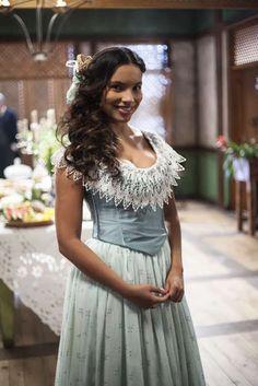 Juliana (Gabriela Moreyra) figurino de Escrava mãe, vestido azul. Brazilian Novel Escrava Mãe, Juliana