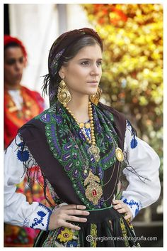 Mediterranean People, Portugal, Folk Clothing, Ethnic Dress, People Of The World, World Cultures, Dance Costumes, Traditional Dresses, Best Funny Pictures
