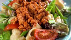 Pastasalat med svinekjøttdeig og sukkererter - Rask - Oppskrifter - MatPrat