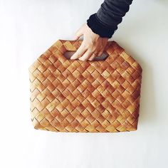 Minimalistic and great-looking rattan bag. Zero waste shopping bag or casual everyday bag for small only necessary stuff. Bamboo Crafts, Leaf Crafts, Paper Weaving, Weaving Art, Bamboo Weaving, Basket Weaving, Diy Jute Bags, Handmade Bags, Handmade Crafts