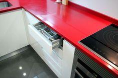 #diseño de #cocina Diseño de cocinas en Cocina en ciempozuelos rey blanco con silestone rojo y campana pando #ciempozuelos #madrid