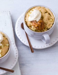 Dessert à deux in just 15 minutes! This apple mug cake recipe makes two delicious bakes topped with crème fraîche and caramel sauce. Mix all of your ingredients together and microwave for a few minutes. Hazelnut Cake, Pecan Cake, Mug Recipes, Banana Recipes, Cupcake Recipes, Fall Recipes, Drink Recipes, Easy Mug Cake, Mug Cake Microwave