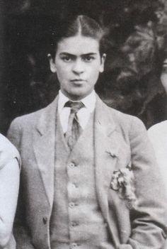 FOTO DEL GIORNO - Frida vestita da uomo, 1926 [foto di Guillermo Kahlo]...
