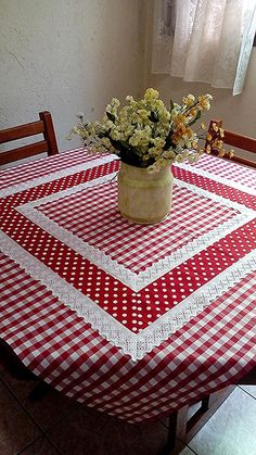 Pic Nic towel at Table Runner And Placemats, Table Runner Pattern, Quilted Table Runners, Quilting Projects, Sewing Projects, Cushion Embroidery, Deco Table Noel, Kitchen Kit, Sewing Table