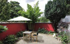 Mur de la terrasse peint en rouge dans Maison unifamiliale . Idée décoration de terrasses Modernes sur Domozoom.
