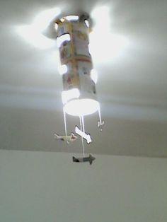 Luminária feita de cartolina de aviões