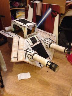 Cardboard Star Wars spaceship Star Wars Party, First Birthday Parties, First Birthdays, Disfraz Star Wars, Star Wars Spaceships, Halloween 2019, Halloween Ideas, Trunk Or Treat, Star Wars Ships