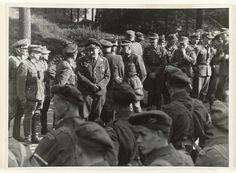 Anonymous | Krijgsgevangen Duitsers, Anonymous, 1945 | Duitse krijgsgevangenen bewaakt door Engelse? militairen.Op de voorgrond geallieerde militairen, erachter, pratend en rokend, Duitse krijgsgevangenen van de Wehrmacht, o.a de Luftwaffe.