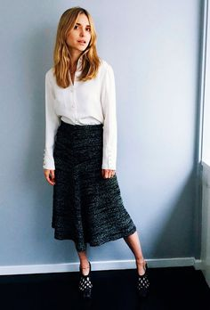 Street style look camisa branca, saia midi e sapato preto.
