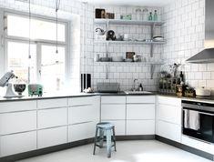 Köket Mano från Kvik. Bänkskivan är gjuten i betong och uppblandad med svarta pigment för en mörkare färg. Kaklet är vanligt vitt 15x15 cm med antracitgrå fog och satt med minsta möjliga avstånd mellan plattorna. Vitvaror i borstad stål, Siemens, blandare från Mora armatur. Diskho från Ikea och pall, Granit. Foto: Benedikte Ugland