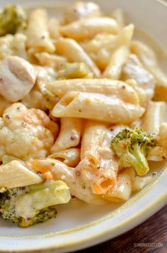 Delicious Low Syn Chicken, Broccoli and Cauliflower Pasta Bake - perfect combination for a filling family meal. Slimming World and Weight Watchers friendly Slimming World Lunch Ideas, Slimming World Dinners, Slimming World Chicken Recipes, Slimming World Recipes Syn Free, Slimming Eats, Best Chicken Recipes, Pasta Recipes, Slimming Word, Cooking Recipes