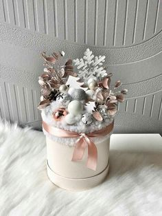 Beautiful Christmas box🎁 Decorate your place🏠 Christmas Flower Arrangements, Christmas Flowers, Gold Christmas, Christmas Colors, Beautiful Christmas, Christmas Wreaths, Christmas Crafts, Christmas Tablescapes, Christmas Centerpieces