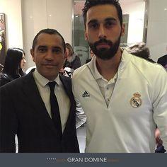 Los jugadores del Real Madrid FC se alojaron en el Hotel Gran Domine Bilbao. En esta foto,  Álvaro Arbeloa con el director de alojamiento del hotel, Ángel Díaz. http://www.hoteles-silken.com/hoteles/gran-hotel-domine-bilbao/
