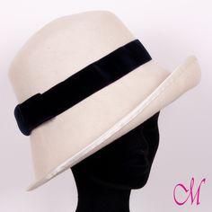 Sombrero New Orleans. Cloché de copa recta en fieltro de lana blanco con ala ladeada y cinta de raso azul  marino. www.monetatelier.com