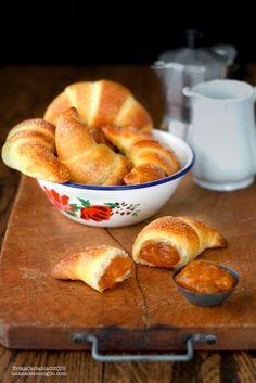 Uno dei dolci da colazione per eccellenza: il cornetto! Quello del bar sotto casa, preparato con l'impasto della brioche, farcito oppu...