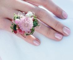 flower ring for a bridesmaid Real Flowers, Floral Flowers, Flower Crown, Flower Rings, Flower Jewelry, Homecoming Corsage, Wedding Bottles, Ribbon Crafts, Flower Farm