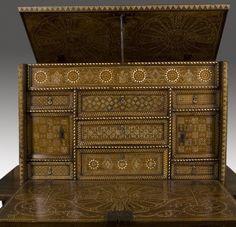 Muebles. Espectacular Bargueño mudéjar- toledano de grano de arroz. Siglo XVI. De madera de nogal con taracea de hueso y hueso pintado. Medidas cerrado: 60 x 100 x 44 cm.