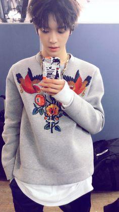 [From. #TAEYONG] 휴대폰 케이스는 NCT 127의 두 번째 미니앨범 안에 있는 스티커로 만든 거에요! 여러분도