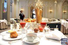 Bien qu'il soit le repas le plus important de la journée, la plupart d'entre nous ne se contente que d'un café crème et de deux biscottes. Hormis les buffets des hôtels, nous avons testé les petits-déjeuners assis et servis à table des plus grands palaces parisiens ! Des expériences raffinées, gourmandes et gastronomiques à tester sans hésitation !