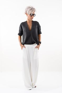 Medium Hair Cuts, Short Hair Cuts, Short Hair Styles, Funky Short Hair, Low Crotch Pants, Short Textured Hair, Chic Over 50, Mode Outfits, Summer Shirts