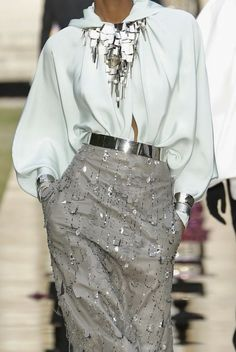 Givenchy Couture F / W 2018 couture # details # herbst 2018 # # couture herbst 2018 # mode # givenchy couture # silber Couture Details, Fashion Details, Look Fashion, High Fashion, Fashion Outfits, Fashion Design, Net Fashion, Fashion Tips, Looks Chic