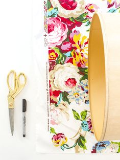 Make your own DIY No-Sew Floral Fabric Chargers in just two easy steps! The pop of pattern is just what your springtime placesetting has been missing. Wood Chargers, Plate Chargers, Charger Plates, Spring Crafts, Floral Fabric, Make Your Own, Crafty, Sewing, Creative