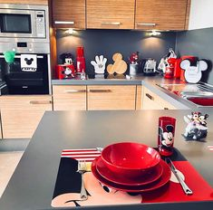 Cozinha Do Mickey Mouse, Mickey Mouse Kitchen, Mickey House, Disney Kitchen Decor, Disney Bathroom, Disney Home Decor, Disney Themed Rooms, Disney Bedrooms, Casa Disney