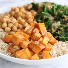 Recipes Snacks Videos Make yourself this crazy delicious vegan brown rice bowl with roasted sweet potatoes, kale and chickpeas all coated in a savory peanut sauce. 18 grams of protein and 20 grams of fiber per bowl! Sweet Potato Kale, Roasted Sweet Potatoes, Potato Rice, Vegan Sweet Potato Recipes, Rice Recipes For Dinner, Whole Food Recipes, Clean Eating Snacks, Healthy Eating, Vegetarian Recipes