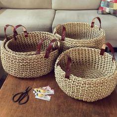 Como Fazer Cesto de Fio de Malha: 31 Estilos com Passo a Passo Diy Crochet Basket, Diy Crafts Crochet, Knit Basket, Rope Basket, Crochet Home, Basket Weaving, Knit Crochet, Crochet Bags, Diy Crochet Projects