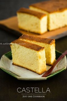 Castella Cake カステラ - Treat yourself with this super moist Japanese sponge cake with a hint of sweetness from honey! Made with only 4 ingredients, eggs, flour, sugar and honey! Easy Japanese Recipes, Japanese Food, Asian Recipes, Japanese Desserts, Japanese Cake, Japanese Honey Cake Recipe, Japanese Castella Recipe, Chinese Recipes, Vietnamese Recipes