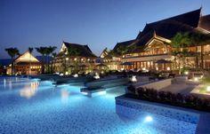 Le Resort de Xishuangbanna en Chine n'a pas relevé le défi de la plus grande piscine du monde de San Alfonso del Mar mais il tente le parallèle avec sa longue piscine qui relie chaque bâtiment du complexe hôtelier Anantara