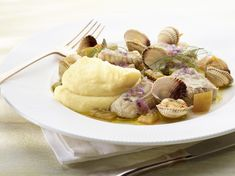 Een overheerlijke aardappelcrème met gebakken hondshaai en venusschelpen in witte wijn, die maak je met dit recept. Smakelijk!
