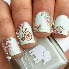 uñas blancas con flores rosa