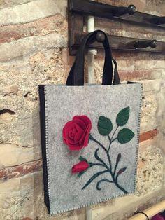 This Pin was discovered by ÇiğIt reminds me of my felt flower bag.this is a beautiful and elegant design! Leather Bags Handmade, Handmade Bags, Felt Diy, Felt Crafts, Felt Purse, Felt Bags, Crochet Shoulder Bags, Needle Felting Tutorials, Flower Bag