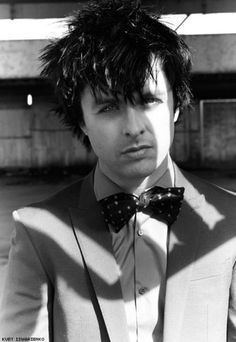 Billie Joe, dressed to the nines like a black cats eyes;) and he's got some black cats eyes too:)