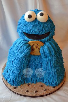 """nom nom nom nom nom"""" Chocolate Fudge Cake filled with Vanilla Buttercream. Arms and Head are Rice Cereal Treats, real cookie in his hands, fondant fur made with an extruder. Cute Cakes, Yummy Cakes, Cookie Monster Party, Monster Cakes, Sesame Street Cake, Funny Cake, Think Food, Crazy Cakes, Dessert Decoration"""