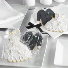 Bride and Groom Cookie Wedding Favors | #exclusivelyweddings | #blackandwhitewedding