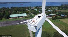 Mira: Un piloto de drones capta a un hombre tomando el sol en un molino eólico