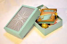 Das ideale Mitbringsel zur Adventszeit. Die Box bietet Platz um ein paar Leckereien überreichen zu können. Damit sie auch später noch einen Nutzen findet, kann die Box mit LED Lichtern beleuchtet werden.
