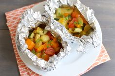 Deze groentepakketjes voor op de barbecue heb je binnen 10 minuutjes gemaakt. Daarna hoef je ze alleen nog maar 20 minuten op de barbecue te zetten.