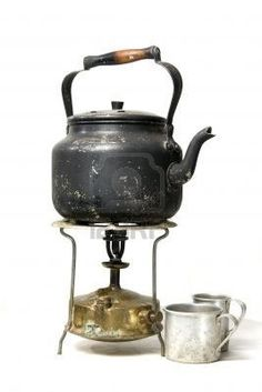 antigua tetera de laton ahumado,abajo calentador a queroseno