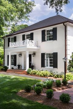 White stucco house with black shutters Colonial House Exteriors, Painted Brick Exteriors, Colonial Exterior, Stucco Exterior, Traditional Exterior, Exterior Paint, Painted Bricks, White House Exteriors, Brick Exterior Makeover