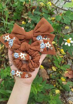 Diy Hair Scrunchies, Diy Hair Bows, Custom Headbands, Floral Headbands, Hand Embroidery Projects, Hand Embroidery Designs, Handmade Hair Bows, Hand Applique, Diy Bow