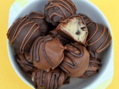 No bake chocolate chip cookie dough truffles... Must drop everything and make these right now!