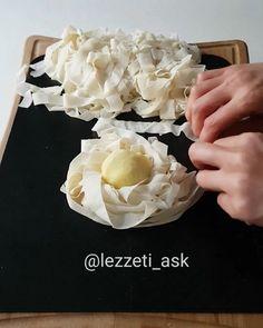 Elimde kalan 2 adet yufkayla sufle börek yapacakken son anda vazgecip hayal ürünü kafamda tasarlayıp bu böreği yaptım..Piştikten sonra yufkalar acılırmı acaba desemde, piştikten sonra daha güzel bütünlestiler.Henüz bir isim bulamadım Varsa isim önerileriniz yazın lütfen ❤ Etli, patatesli, kasar ...