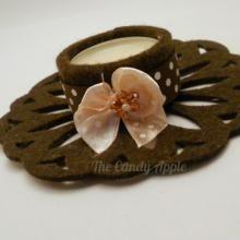 Portacandelina in feltro marrone con nastro in raso, candela alla vaniglia e alla cannella. Creato con l'aiuto di Sizzix Big Shot.