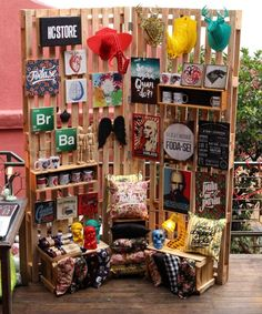 Interesting use of pallets to make a folding screen display. Craft Fair Displays, Market Displays, Store Displays, Display Design, Booth Design, Store Design, Display Ideas, Pallet Display, Stall Display