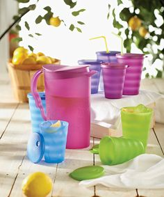 Rate this from 1 to Tupperware 4 Salads in a Quick Shake 35 new uses for the Magic Eraser Chip 'N Dip Set. A bold, beautiful and durable serving collection Tupperware Consultant, Summer Snacks, Vintage Tupperware, Patriotic Party, Food Storage Containers, Host A Party, Better Homes, House Party, Scentsy