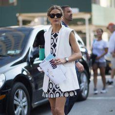 Olivia Palermo look vestido estampado branco e preto e colete.