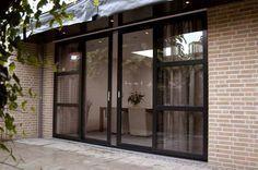 Sliding door inspiration for dining area Exterior Design, Interior And Exterior, Casa Patio, Style Loft, Casa Clean, Aluminium Windows, Garden Doors, Kitchen Doors, Room Doors